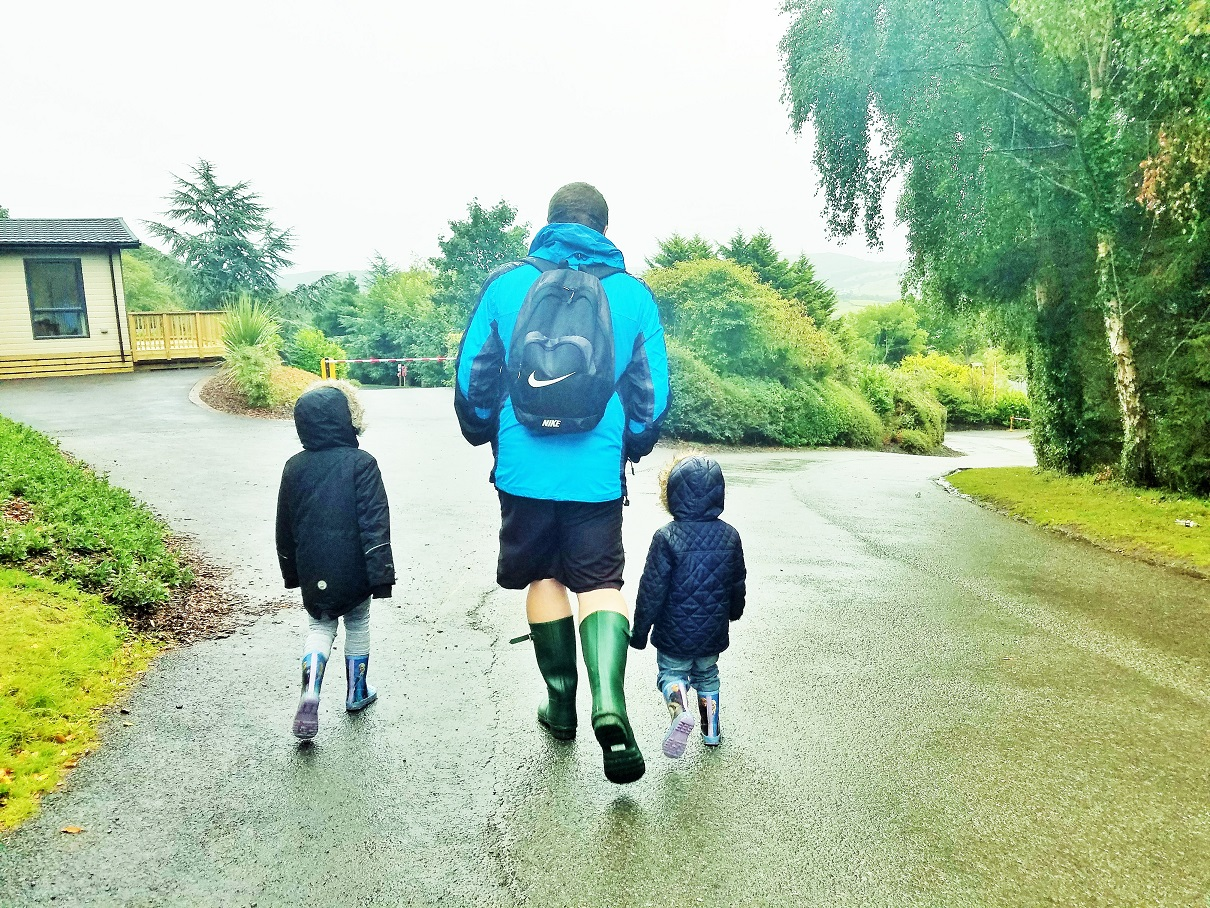 Money-saving rainy walk off-peak - practical tips for helping a child who is afraid of the dark