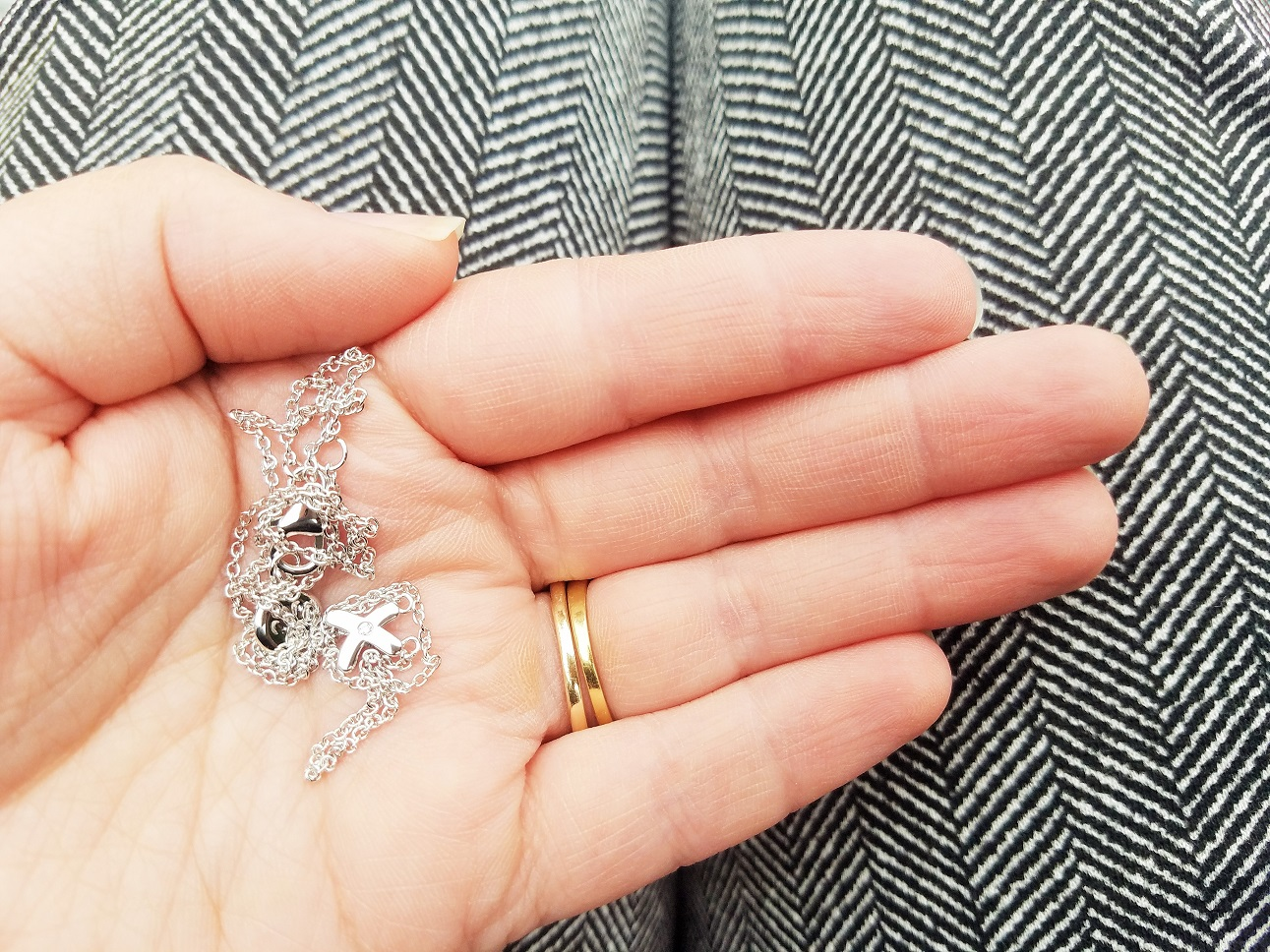 My first diamond necklace kiss pendant - a blog review